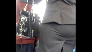 Ejecutiva pantimedias negras y enorme culo en el metro