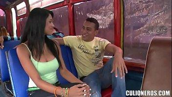 Morenita colombiana folla en un bus