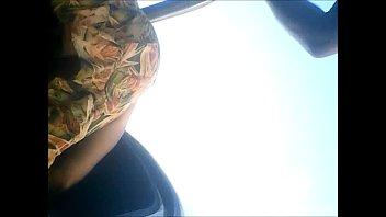 Calcinha beje da  cunhadinha entrando no carro