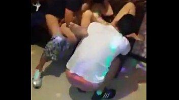 Hai thằng đụ chung em tiếp viên Karaoke ôm - Nguoilon.Tv