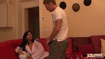 Il fait du chantage à sa demi-soeur pour l'enculer sur le canapé