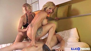 Blonde on blonde, elles se font un trip lesbien avant de se faire démonter le cul [Full Video]
