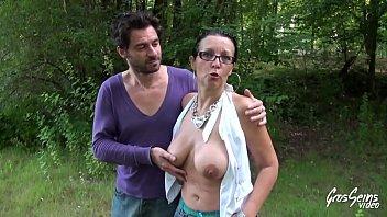 Tara milf à gros seins baisée en forêt
