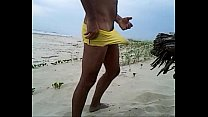Baixinho dotado punhetando e gozando na praia