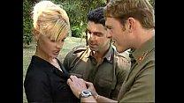 Lisa Crawford con dos soldados
