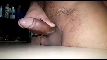 Punheta sarrando a rola na mesa vídeo 014
