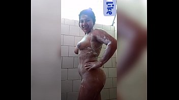 Prima desnuda calata bañando en la ducha