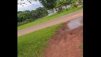 Paseiando sem calcinha e mostrando a ppk no parque da cidade ...assista no meu only fans (link no video)... ou no meu grupo vip de WhatsApp e telegram 11975740713