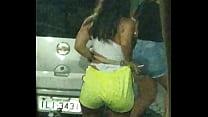 Novinha mijando na rua 06