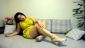 Hot BBW milf in yelow dress strip and show huge natural titts and big roud ass!