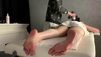 Расслабляющий массаж для обнаженной милашки