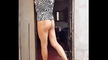 Hermosa mujercita distinta exibiendo su cuerpo femenino y sus nalgas contorneadas al publico fans de Ica...