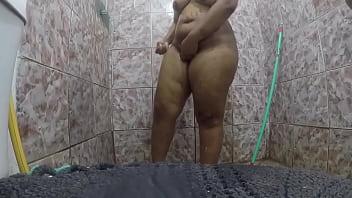 Filmei minha mãe no banho e caiu na net