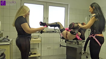 Horse speculum in the shemale ass with Anal-Piss-Cocktail Swallowing!