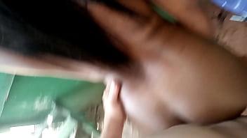 Mãe gostosa se inclina e empurra o rosto do filho por trás dela