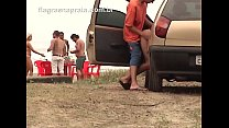 Casal estaciona carro na praia e fode sem se preocupar com grupo de amigos próximo