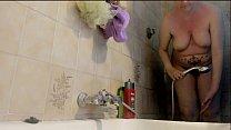 La tua bella mamma italiana sotto la doccia con la sua grossa figa pelosa