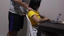 Amiga del barrio me presta la computadora para hacer tareas y me aprobecho le doy un masaje para que se calme y follarmela