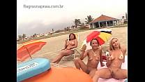Vendedor de sorvete é surpreendido por grupo de garotas peladas na praia